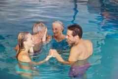 Família que cria o círculo na água Fotografia de Stock Royalty Free