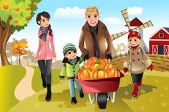 Família que faz a correcção de programa da abóbora Foto de Stock Royalty Free