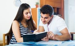 Família que faz a lista das compras Fotografia de Stock Royalty Free