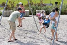 Família que joga no parque Fotos de Stock Royalty Free