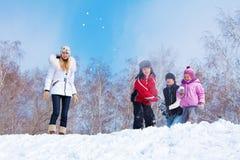 Família que joga o snowball Fotografia de Stock