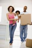 Família que move-se no sorriso home novo Fotos de Stock