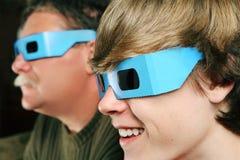 Família que presta atenção a um filme 3d Imagem de Stock