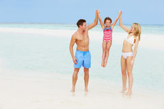Família que tem o divertimento no mar no feriado da praia Imagem de Stock Royalty Free