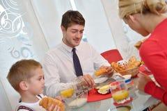 A família tem o café da manhã saudável em casa Foto de Stock Royalty Free