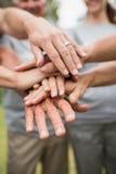 Família voluntária feliz que une suas mãos Fotografia de Stock Royalty Free