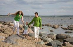 Fammily sulla spiaggia immagini stock libere da diritti