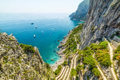 Famoso através da estrada de Krupp no litoral da ilha de Capri fotografia de stock
