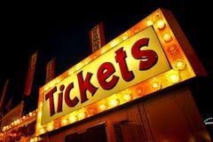 Famoso do sinal da luz de néon dos bilhetes na cabine contrária Fotografia de Stock