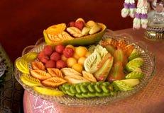 Famoso in frutta tailandese mista della Tailandia come dessert dopo il pasto con frutta tailandese che scolpisce stile fotografie stock libere da diritti