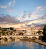 Famous Basilica di圣彼得罗在梵蒂冈,罗马,意大利 库存图片