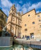 Famous Casa de las Conchas con la chiesa di Clerecia della La a Salamanca, Fotografie Stock