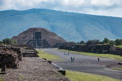Famous and majestuous Mexican archaeological site. Sun pyramid during Mexico`s rainy season, green grass and flowers Royalty Free Stock Photos