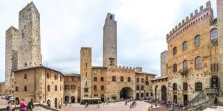 Famous Piazza del Duomo在历史名城圣吉米尼亚诺在一个晴天,托斯卡纳,意大利 库存照片