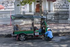famouse出租汽车Tuk-tuk inThailand,多数普遍touristit的; 免版税库存照片