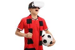 Fanático del fútbol adolescente que usa auriculares de VR Foto de archivo