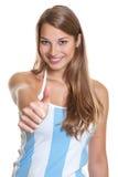 Fanático del fútbol argentino femenino que muestra el pulgar fotos de archivo
