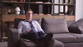 Fanático del fútbol en el apartamento almacen de video