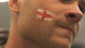 Fanático del fútbol inglés agresivo del equipo decepcionado con pérdida del partido, primer de la cara almacen de video