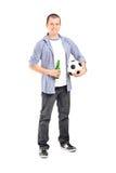 Fanático del fútbol joven que sostiene una cerveza Fotos de archivo libres de regalías