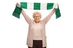Fanático del fútbol mayor extático que sostiene una bufanda Fotografía de archivo libre de regalías