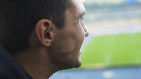 Fanático del fútbol que anima emocionado en el estadio, decepcionado con pérdida preferida del equipo almacen de metraje de vídeo