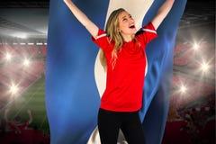 Fanático del fútbol que anima en la bandera roja de Honduras que se sostiene Imágenes de archivo libres de regalías