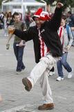 Fanático del fútbol que bebe y que baila Imagenes de archivo