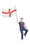 Fanático del fútbol que sostiene una bandera inglesa Foto de archivo libre de regalías
