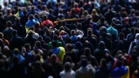 Fanáticos del fútbol alegres que agitan las manos, equipo de apoyo en el estadio durante partido almacen de video