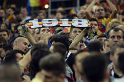 Fanáticos del fútbol con las bufandas Imágenes de archivo libres de regalías