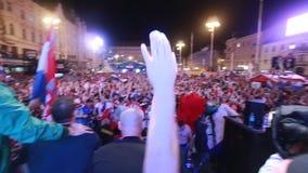 Fanáticos del fútbol croatas que celebran la victoria metrajes