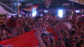 Fanáticos del fútbol croatas que celebran la victoria almacen de video