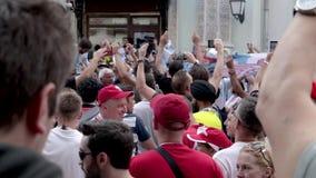 Fanáticos del fútbol de Argentina del mundial del fútbol con las banderas n la calle almacen de video