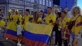 Fanáticos del fútbol de Colombia que celebran la victoria almacen de metraje de vídeo