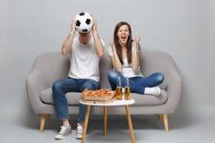 Fanáticos del fútbol de griterío del hombre de la mujer de los pares en la alegría blanca de la camiseta encima del equipo prefer fotos de archivo