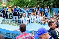 Fanáticos del fútbol de la calle principal Nikolskaya del equipo de fútbol de Argentina imagenes de archivo
