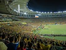 Fanáticos del fútbol de los brasileños en el nuevo estadio de Maracana foto de archivo