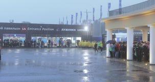 Fanáticos del fútbol debajo de la ducha después de la realización del estadio metrajes