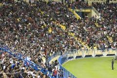 fanáticos del fútbol durante partido amistoso fotografía de archivo