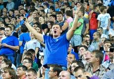 Fanáticos del fútbol en el emparejamiento en medio Fotos de archivo
