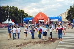 Fanáticos del fútbol en ir cuadrado del ` s de Minin al fest del fan de la FIFA Imagenes de archivo