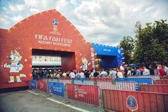 Fanáticos del fútbol en ir cuadrado del ` s de Minin al fest del fan de la FIFA Fotos de archivo libres de regalías