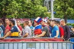 Fanáticos del fútbol en ir cuadrado del ` s de Minin al fest del fan de la FIFA Foto de archivo