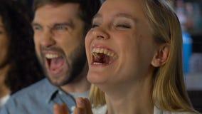 Fanáticos del fútbol extremadamente felices sobre la victoria preferida del equipo de deportes, campeonato almacen de video