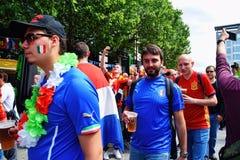 Fanáticos del fútbol felices con la cerveza fría Fotos de archivo