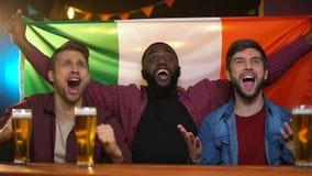 Fanáticos del fútbol italianos que celebran la victoria del equipo de fútbol, juego de observación en barra almacen de metraje de vídeo