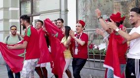 Fanáticos del fútbol marroquíes del mundial del fútbol con las banderas en la calle de Nikolskaya