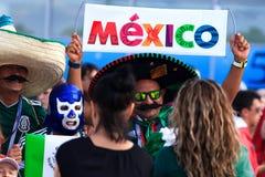 Fanáticos del fútbol mexicanos en las calles de Ekaterimburgo Imágenes de archivo libres de regalías