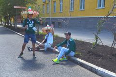 Fanáticos del fútbol mexicanos en las calles del Samara foto de archivo libre de regalías